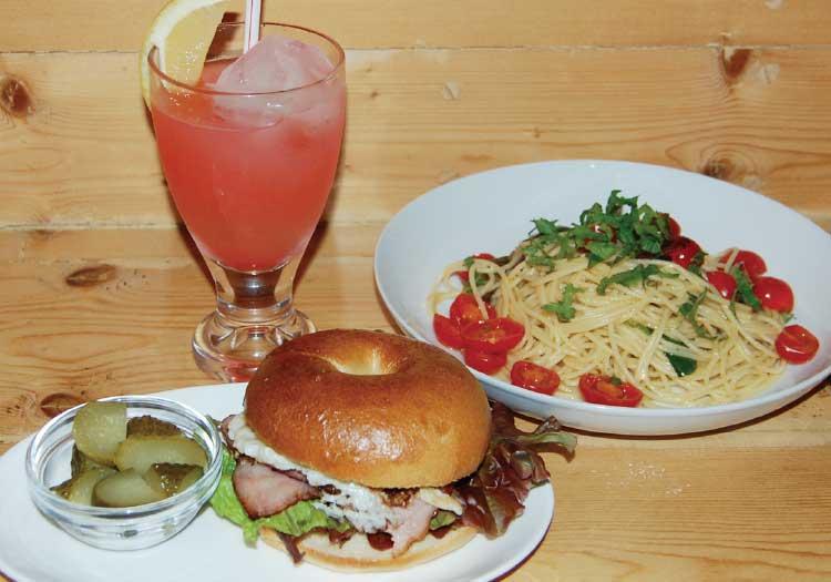 トレンチコートバニラのベーコンエッグと野菜のベーグル