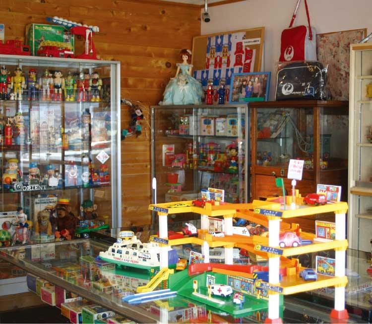 カフェフラフープにあるレトロな玩具コーナー