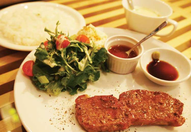 Cafe TUTUの特製サーロインステーキ
