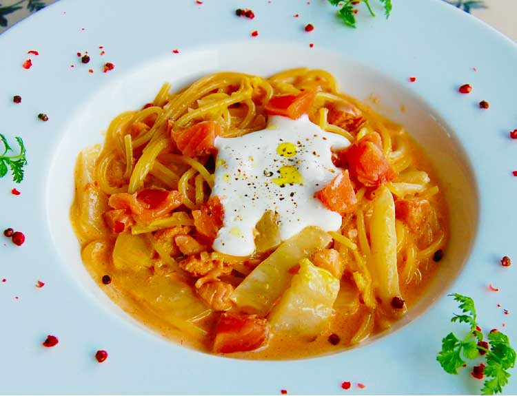 レストランナナパパのサクラマスと白菜の明太子クリームパスタ