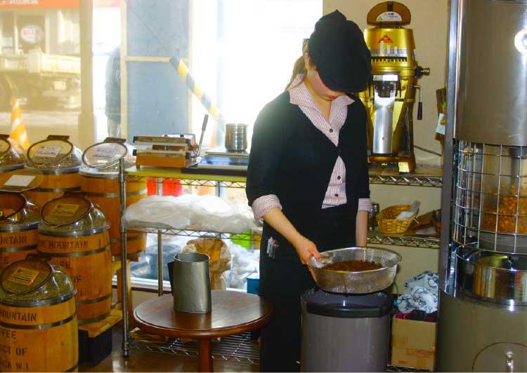 珈琲焙煎工房でコーヒーを焙煎しているオーナー