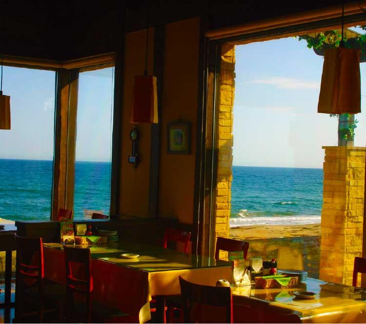 ピッツェリアアモリーノの窓際の席と景色