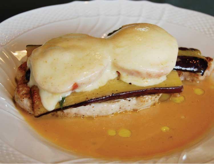 レストラン トウイのホエー豚とナスとトマトとモッツァレラチーズの重ね焼き