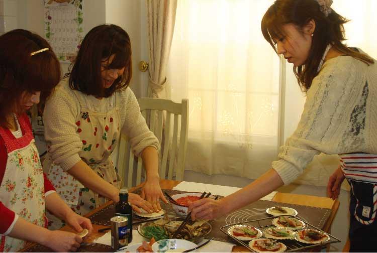 柏桜通りのパン教室でパン作りを教わっている女性たち