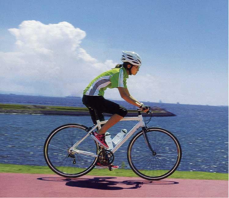 ロードバイクに乗っている女性