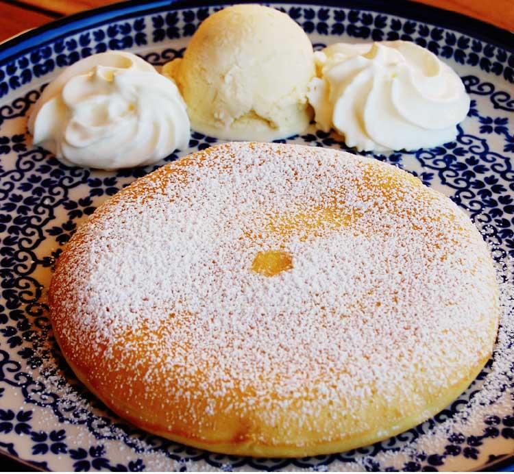 カフェティーズプラスのバニラアイスがトッピングされたプレーンパンケーキ(ハーフサイズ)