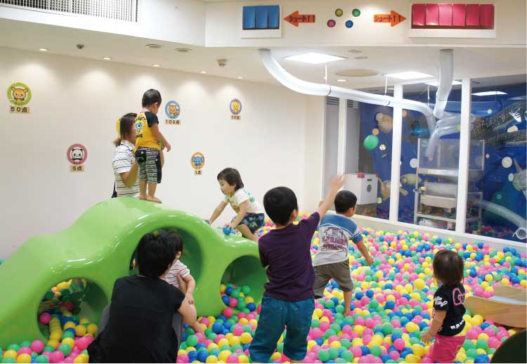 大門キッズスタジアムのボールで遊ぶ子供たち