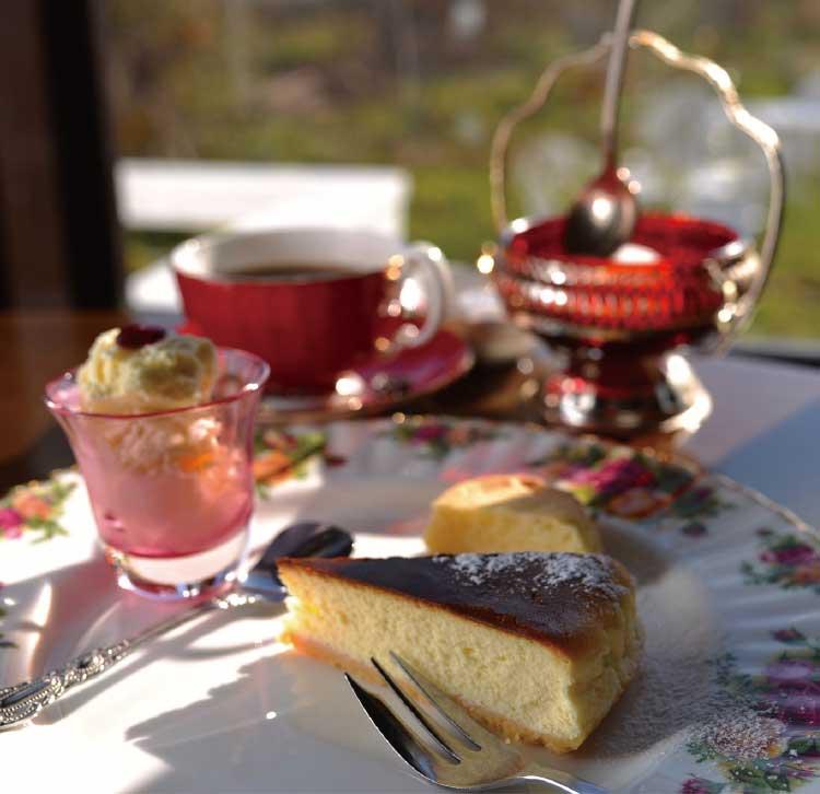 カフェ&ローズガーデンルドゥーテのケーキとコーヒー