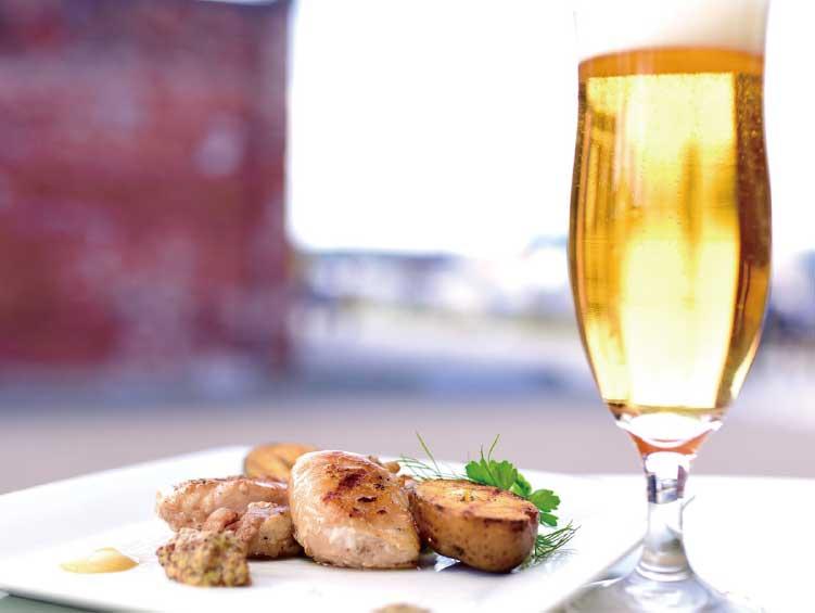 ベイサイドレストランみなとの森の伊達産めぐみ鶏の炭火焼きと生ビール