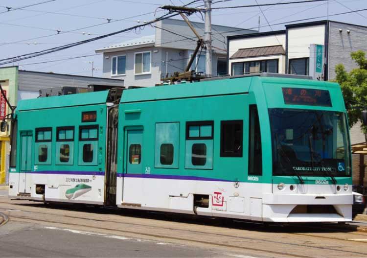 新幹線カラーの函館市電