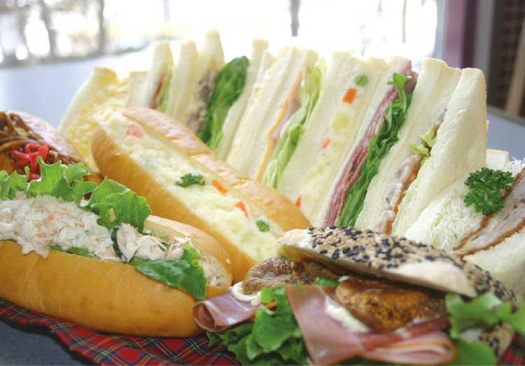 キングベークのサンドイッチとドッグ
