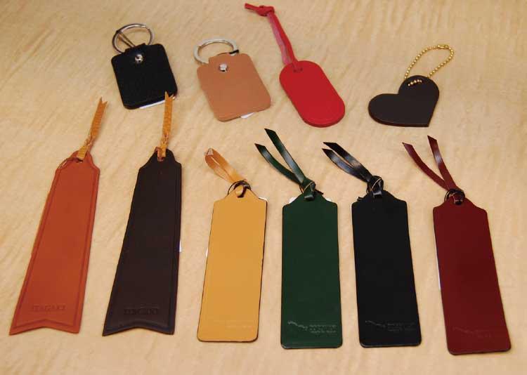 手作り鞄の専門店水芭蕉函館店店内のキーホルダーとネームタグ
