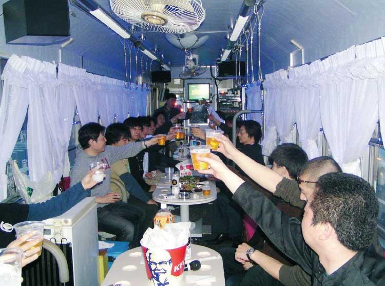 函館市企業局交通部のアミューズメントトラムでパーティーをしている人たち