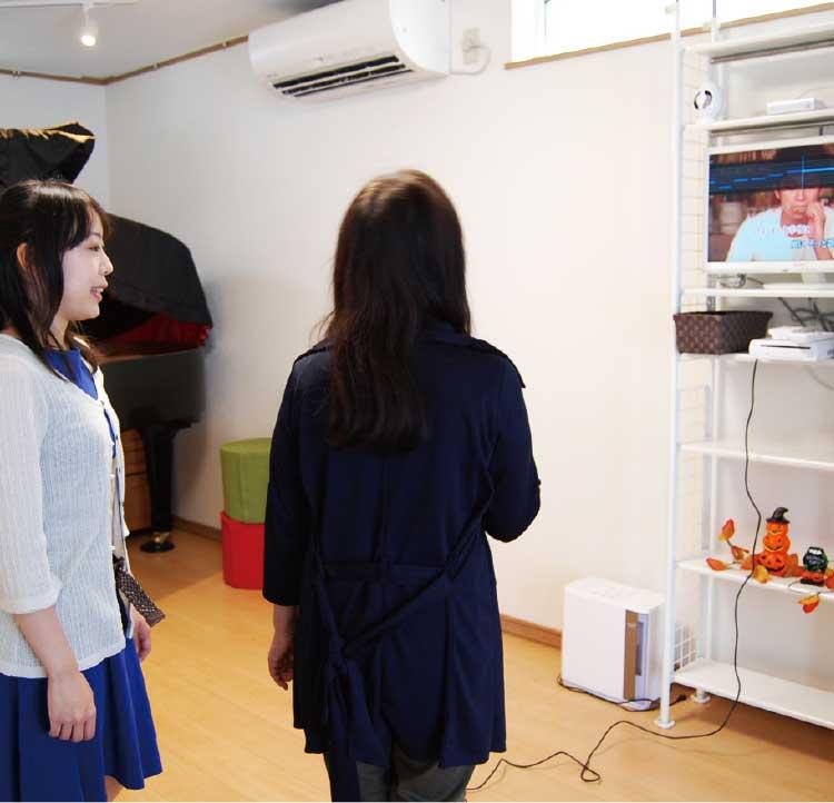 西田趣理音楽教室でカラオケレッスンを受けている女性たち