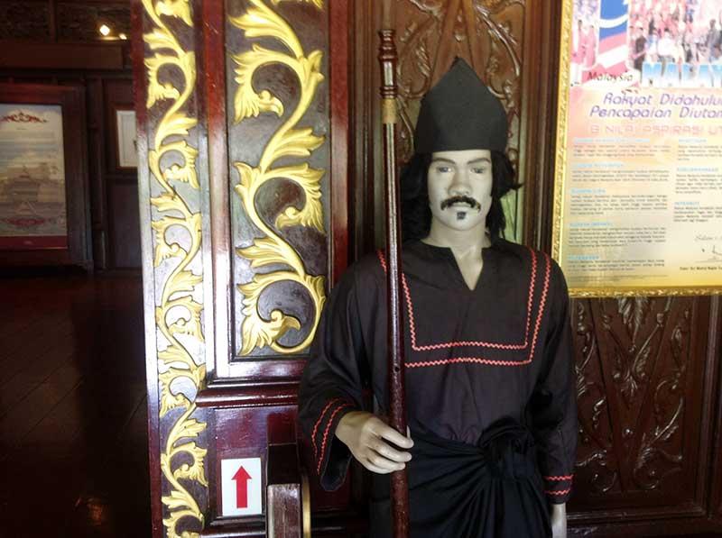 宮廷博物館スルタンパレス入り口にある人形