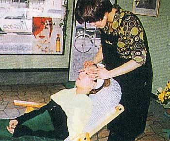 ミック七重浜オフィスでフェイスマッサージを受けている女性