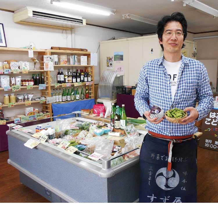 八百屋すず辰の店主・鈴木辰徳さんと全国各地からそろえた野菜