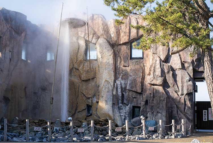 しかべ間歇泉公園で見られる吹き出してる間歇泉