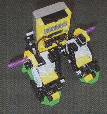 赤外線で3〜5mくらいまでリモートコントロールできるレゴ。二足歩行という発想は、今回取材した作品の中でも最もロボット的でこれだけ親しみやすいデザインだから、動き出すたびに愛着がわいてくる。