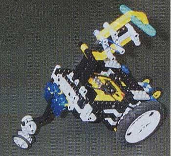 ボディ上部にあるタッチセンサーに触れると、それまでくるくる回っていたレゴが直進し始める。「子供に頭をたたかれたレゴが、子供から逃げてゆくイメージ」を実現したものだそう。