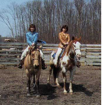 乗馬をしている志保里と麻代