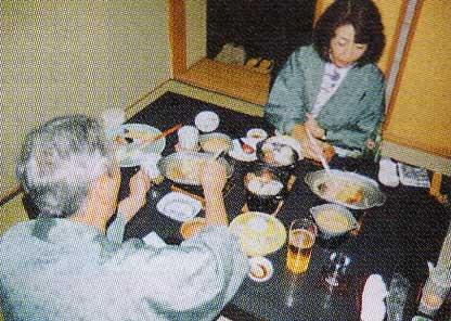ちゃんちゃん焼きを食べている紀子さん