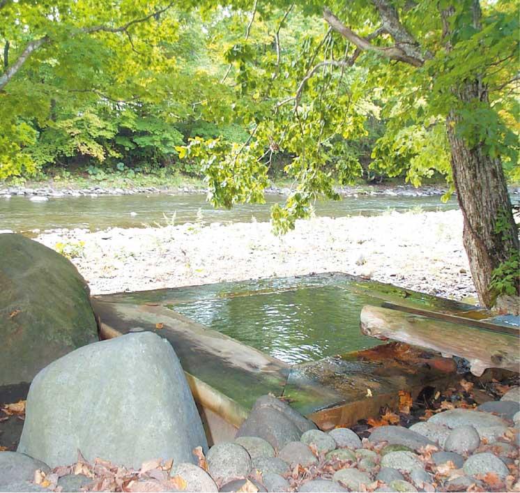 銀婚湯の川沿いの貸切露天温泉