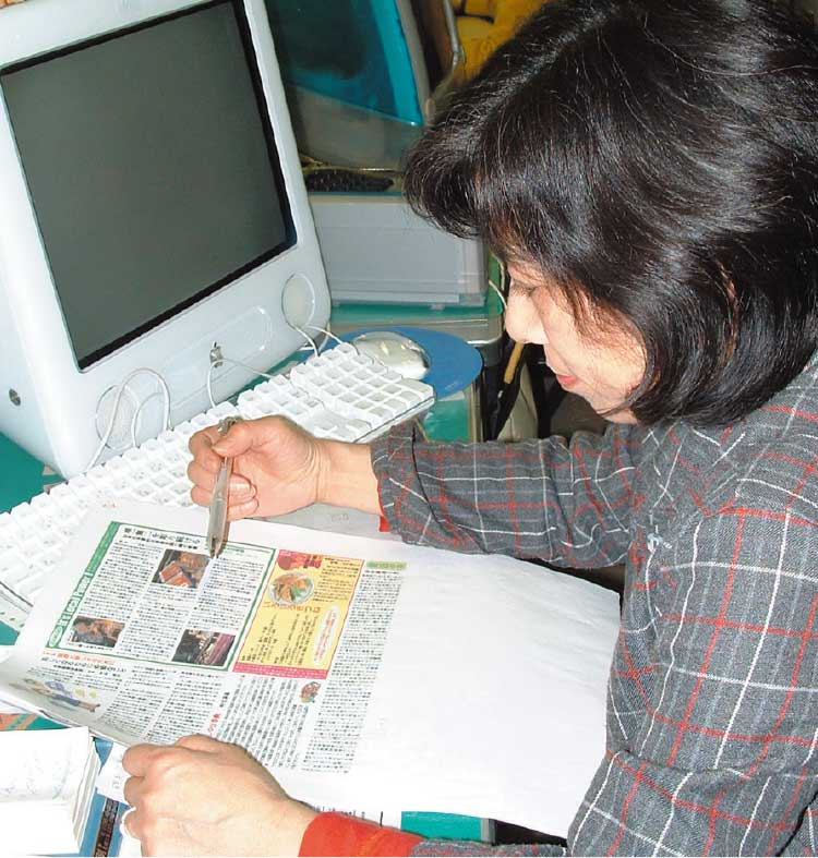 校正作業をしている女性編集者