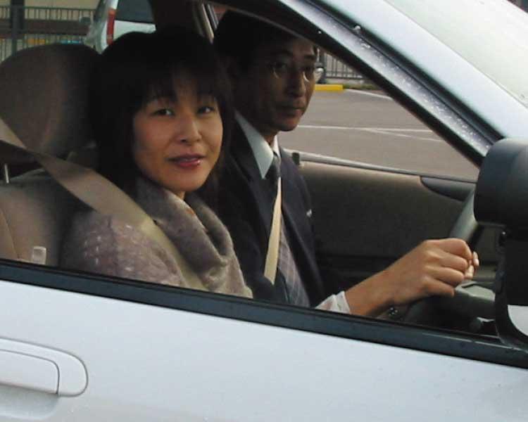 講習車に乗っている花輪志保理記者
