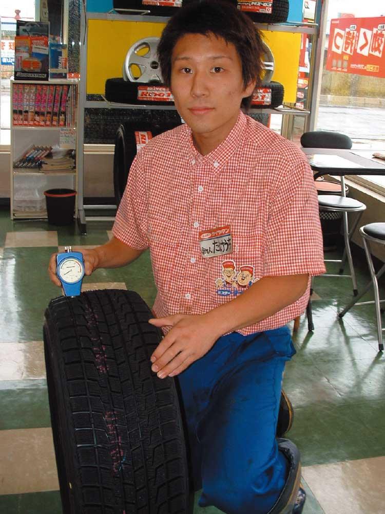 タイヤの硬度を測っているミスタータイヤマン店員
