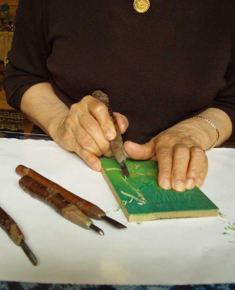 平方木版画教室で版画を彫っている女性