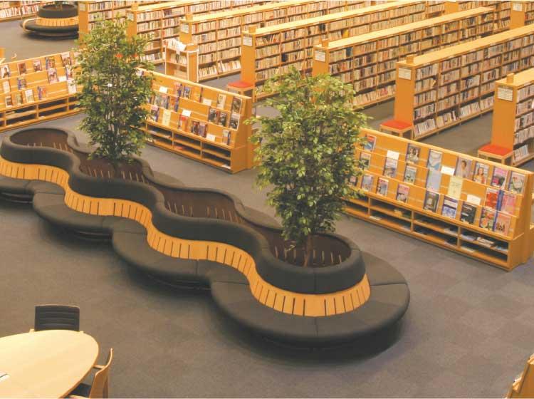 図書館内のソファー