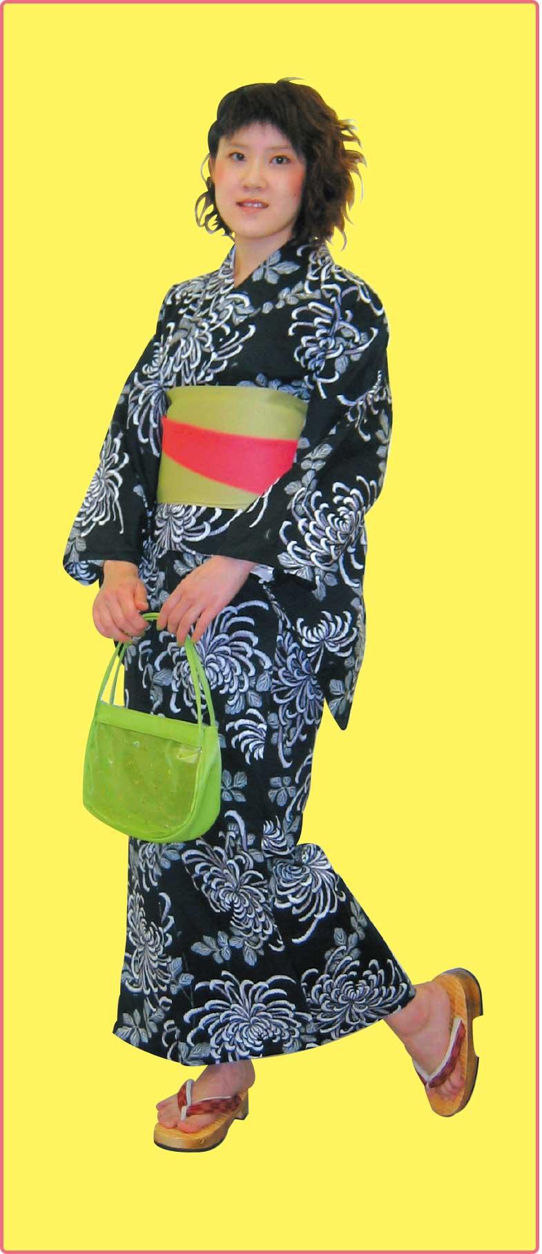 花いち都屋の黒の乱菊模様の浴衣を着ている女性