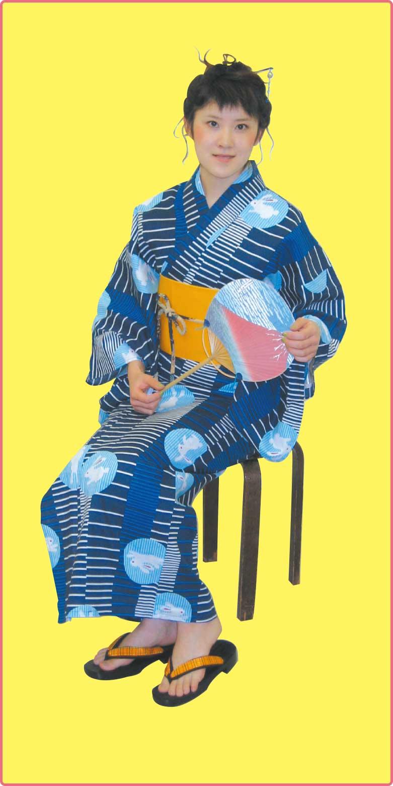 花いち都屋の紺色のうさぎ柄の浴衣を着ている女性