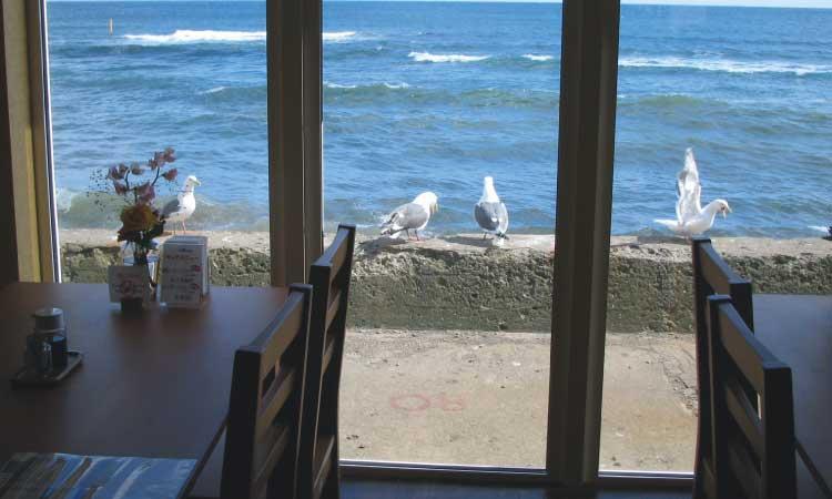 ホテル&カフェ海の時計の窓から見える海