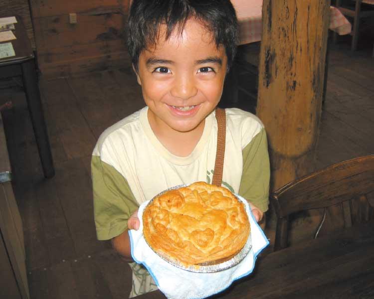 石井農場で作ったアップルパイを持っている男の子