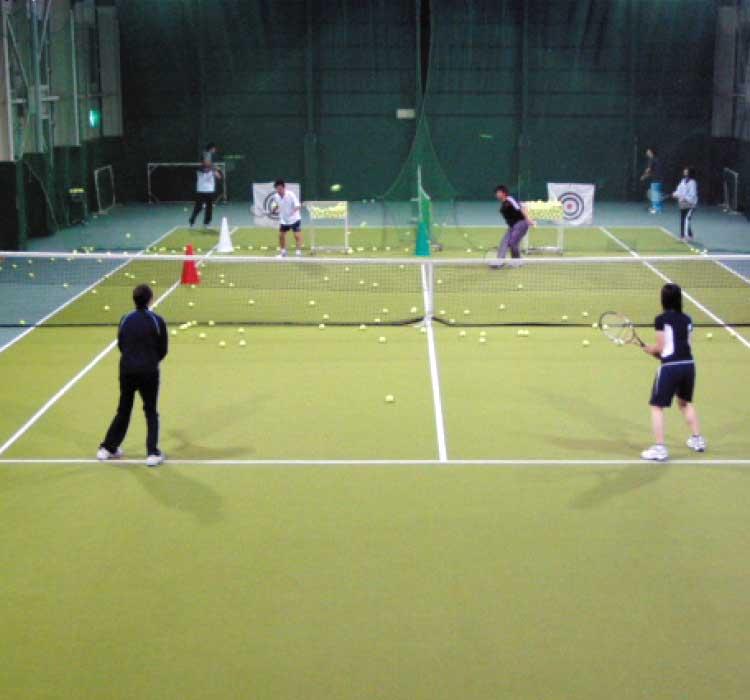 ピア・インドアテニススクールでテニスをしている人達