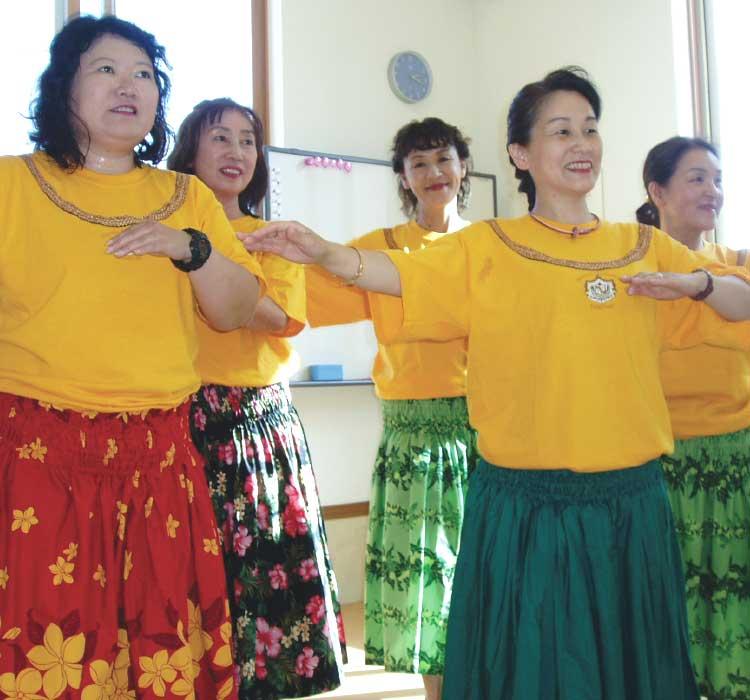 カプアリコリリア村木小百合でフラダンスレッスンを受けている女性たち