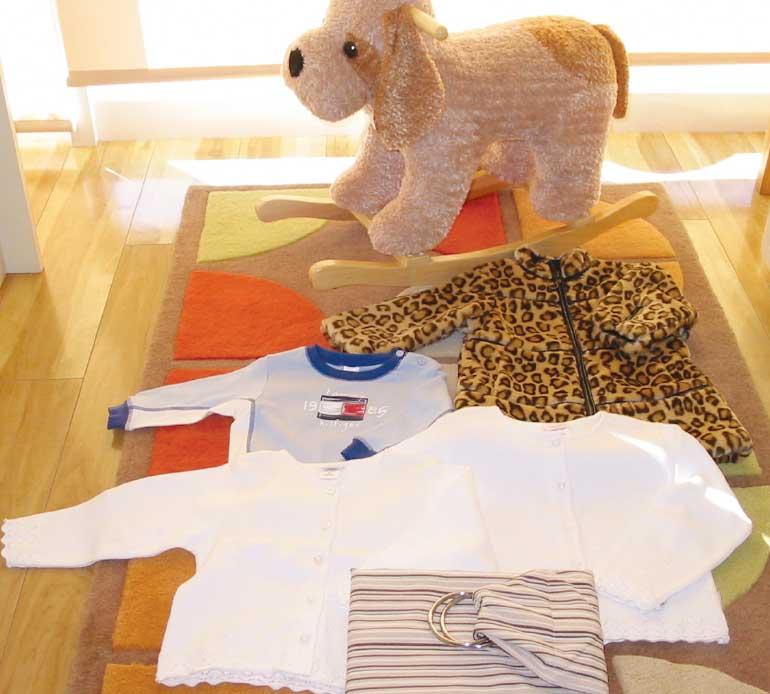 子供服と木馬の玩具