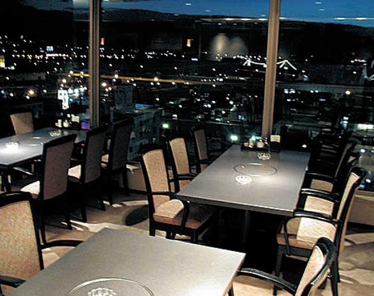 フィットネスホテル330函館の店内と窓から見える夜景