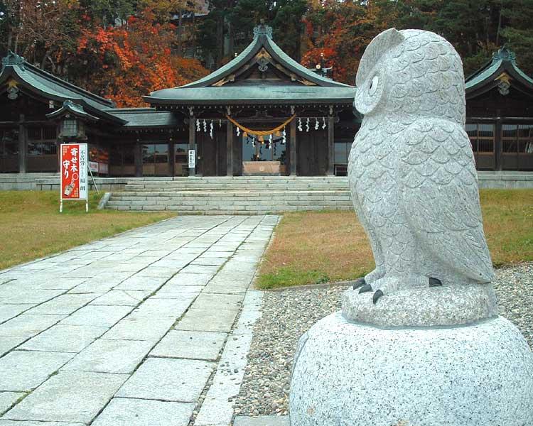 函館護国神社の「なでふくろう」の御影石