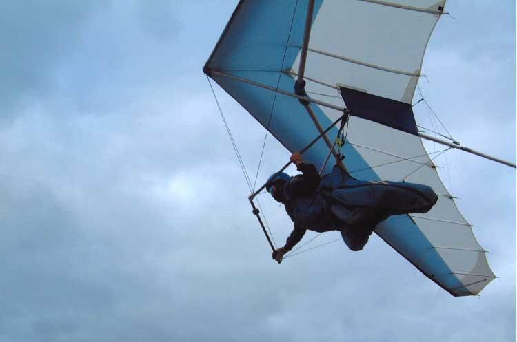函館ハンググライダースクールでハンググライダーに乗っている男性