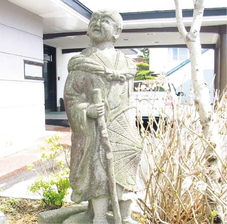湯川寺境内にある西行法師の石像