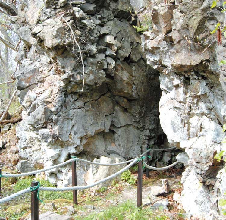 大沼周遊道路脇の駒ヶ岳神社にある大岩