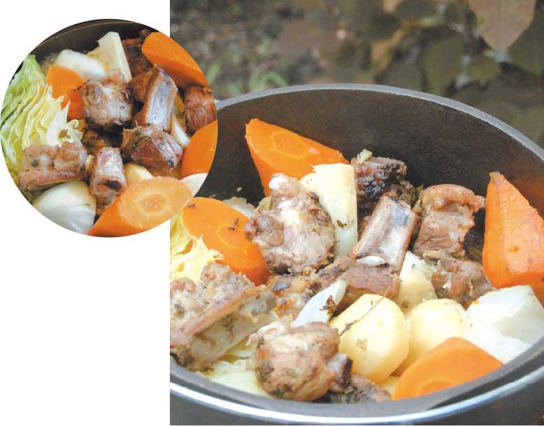 ダッチオーブンで作ったスペアリブと夏野菜のポトフ