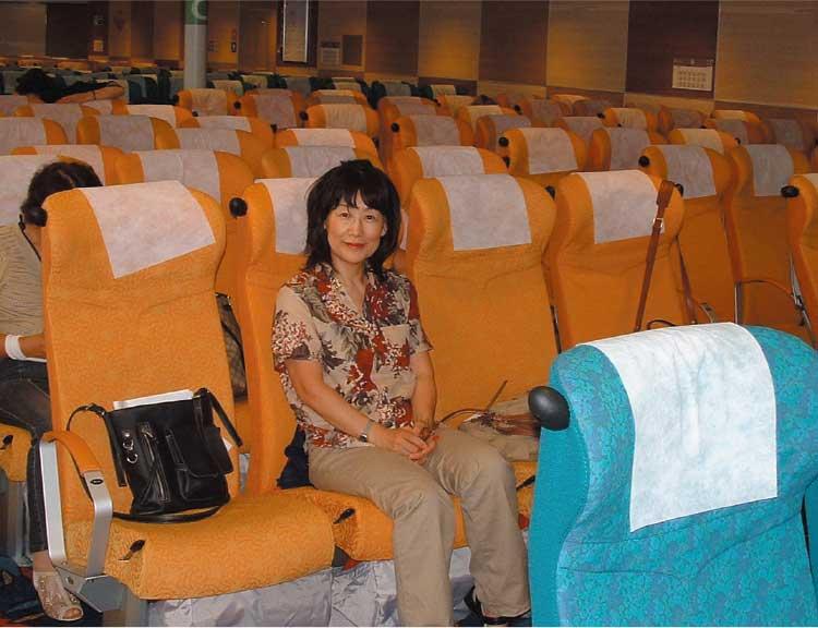 ナッチャンReraの座席に座っている女性記者
