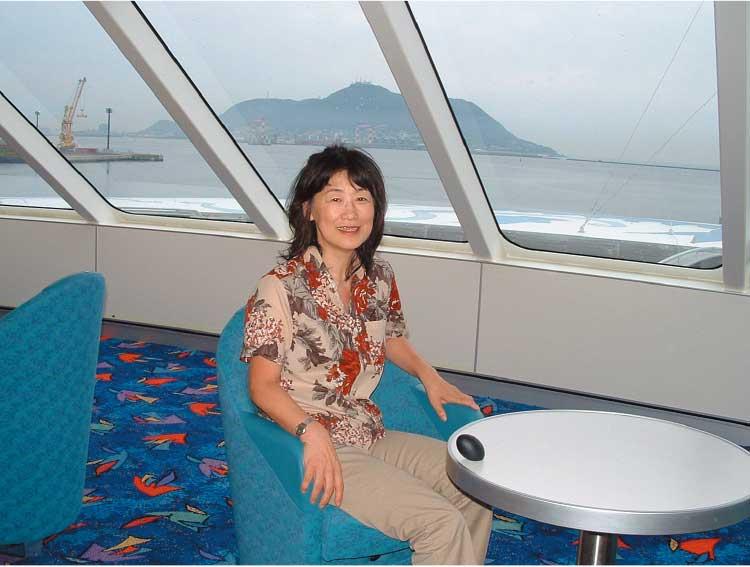ナッチャンReraの窓際カウンター席に座っている女性記者