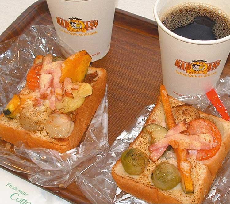 野菜パンとコーヒー