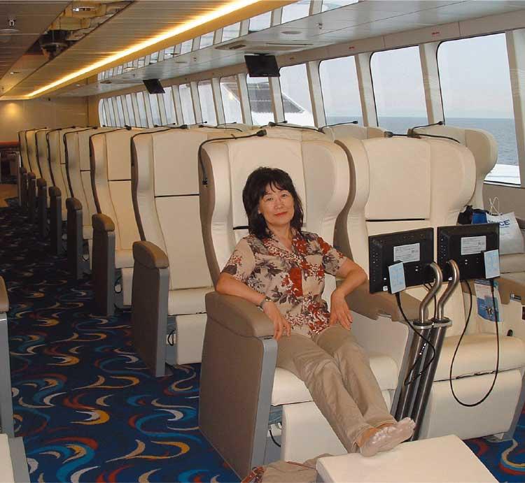 ナッチャンReraのエグゼクティブ座席に座っている女性記者