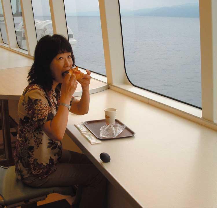 パンを食べている女性記者